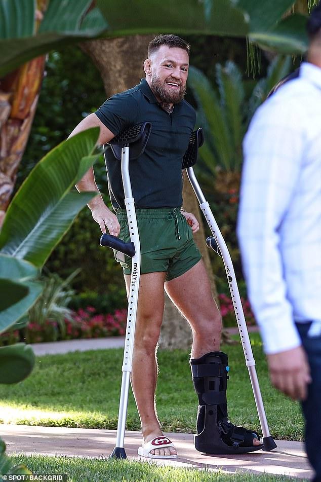 All Smiles: Incluso una tibia rota no puede contener a Conor McGregor, ya que el luchador de UFC fue descubierto con su familia.