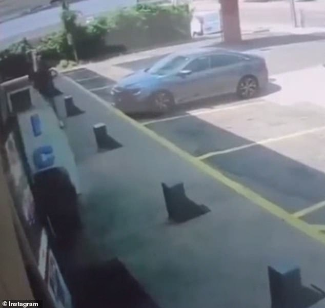 A la espera de que Jordan Williams entre en la tienda de la gasolinera, puede ver a un posible ladrón de coches tendido a la izquierda.