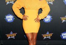 Posando: Tiffany Haddish (Tiffany Haddish) en la fiesta posterior al partido de la WWE en Las Vegas, con un vestido amarillo ajustado con recortes sexys en los hombros, mostrando sus increíbles curvas.