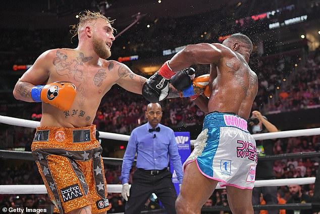 Jack Paul (izquierda) derrotó al ex campeón de UFC Tyronn Woodley (derecha) en agosto