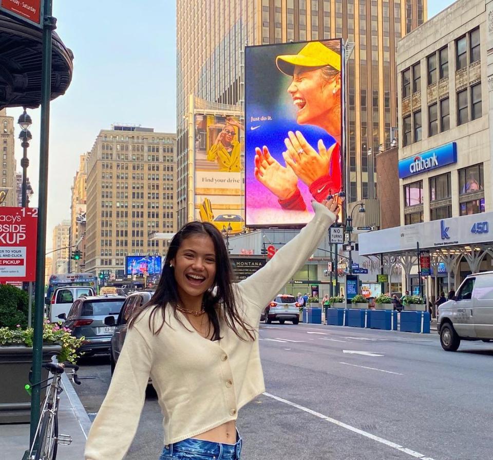 Raducanu vio su rostro enyesado por Nueva York