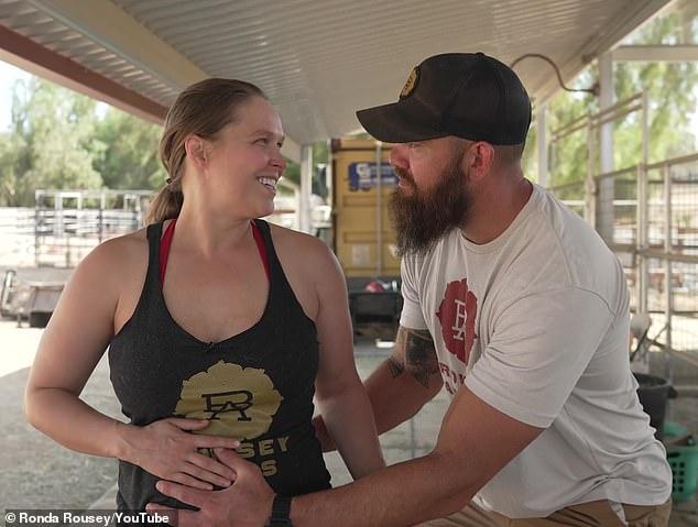 Familia: Rousey y Browne anunciaron por primera vez en abril que esperarían un bebé juntos. La ex boxeadora de UFC reveló que su fecha de parto es el 22 de septiembre.