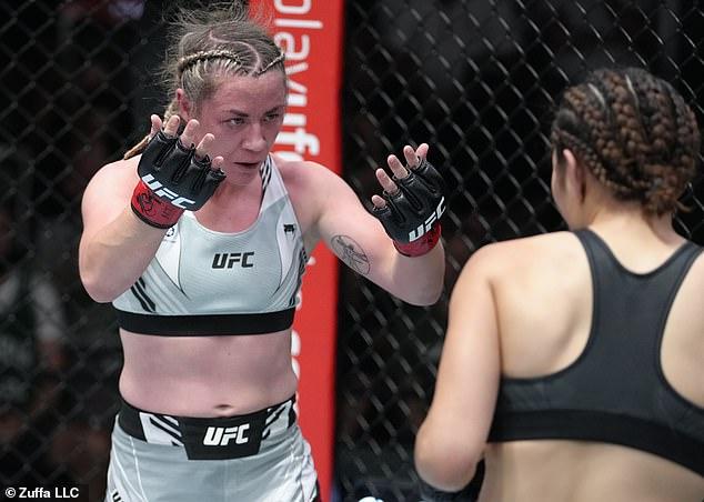 Molly McCann (izquierda) se prepara para la batalla y realiza un espectáculo de batalla nocturna
