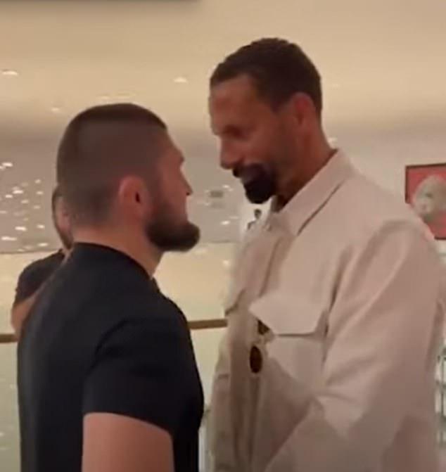 El ídolo de Daguestán UFC también estuvo con Rio Ferdinand (derecha) en su viaje a Manchester.