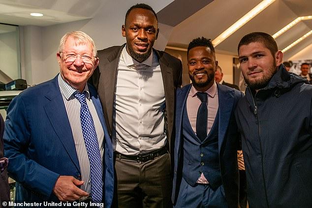 En el partido del Everton, Habib (derecha) apareció en el palco ejecutivo del Manchester United con Sir Alex Ferguson, Usain Bolt y Patrice Evra (segundo de izquierda a derecha) en el centro.