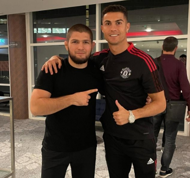 Habib (izquierda) pasa tiempo con Ronaldo (derecha) en un viaje de fin de semana a Old Trafford