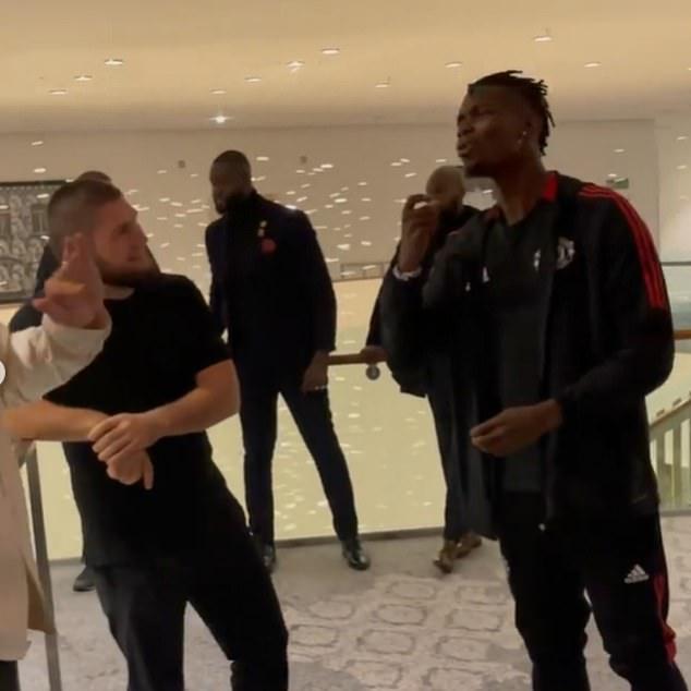 Habib también pasa tiempo con el Manchester United y el internacional francés Pogba (derecha)