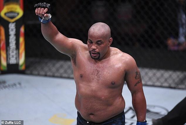 El ex campeón de peso pesado abandonó el deporte después de perder ante Stipe Miosic el año pasado.